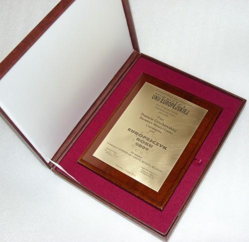 Dyplom grawerowany w laminacie metalizownym na desce dębowej w etui