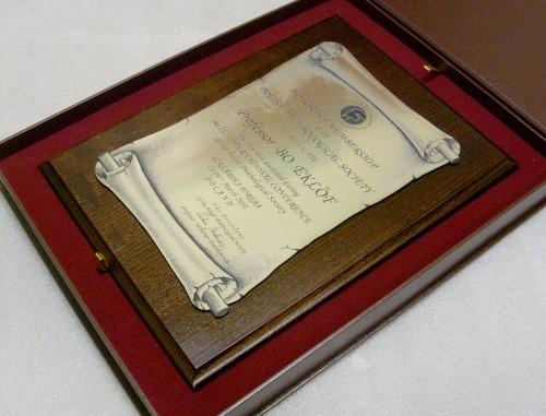 Dyplom w formie zwoju grawerowany w laminacie metalizowanym na desce dębowej w etui