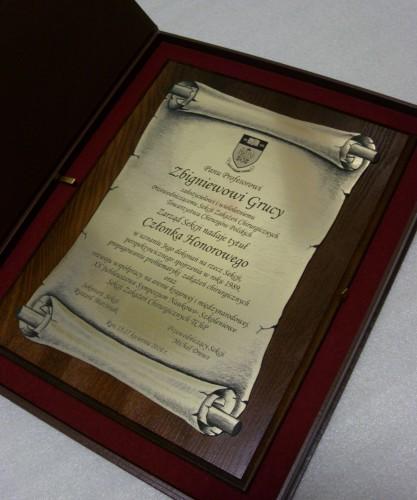 Dyplom w formie zwoju grawerowany w laminacie na desce dębowej w etui