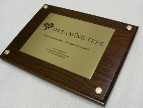 Tabliczka grawerowana z mosiądzu szlifowanego na desce drewnianej ( 30 x 22,5 cm)  w rogach nakładki mosiężne maskujące śruby