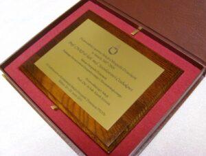 Dyplom wykonany w laminacie metalizowanym na desce dębowej w etui