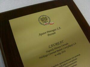 Dyplom grawerowany w mosiądzu szlifowanym na desce dębowej