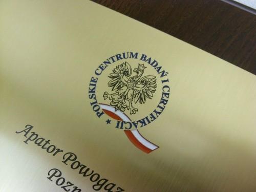 Przykład logotypu na dyplomie - grawerunek wypełniony lakierem akrylowym