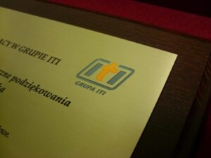 Przykład logotypu na dyplomie wypełniony lakierem akrylowym