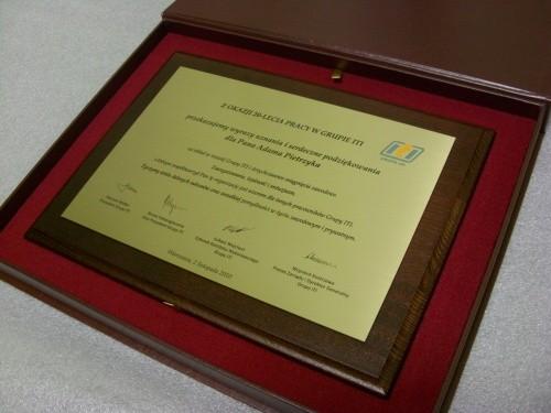 Dyplom grawerowany w mosiądzu szlifowany na desce dębowej w etui
