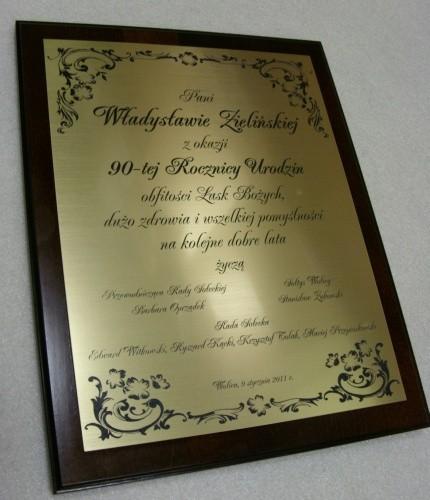 Dyplom grawerowany w laminacie metalizowanym na desce drewnianej 38 x 30 cm