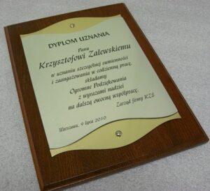 Dyplom grawerowany w laminacie metalizowanym z podkładem z plexi na desce jesionowej 30 x 22,5 cm