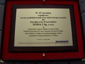 Dyplom grawerowany w mosiądzu szlifowanym złotym na desce dębowej w etui