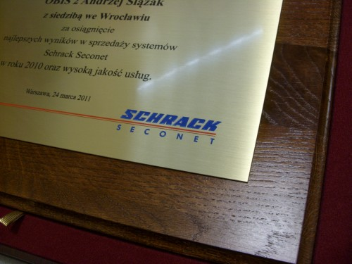Dyplom grawerowany w mosiądzu szlifowanym złotym na desce dębowej