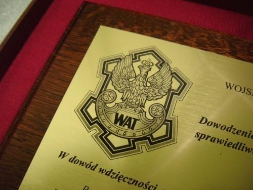 Przykład logotypu grawerowanego w laminacie metalizowanym
