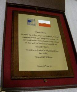 Dyplom wykonany z mosiądzu złotego na desce dębowej w etui