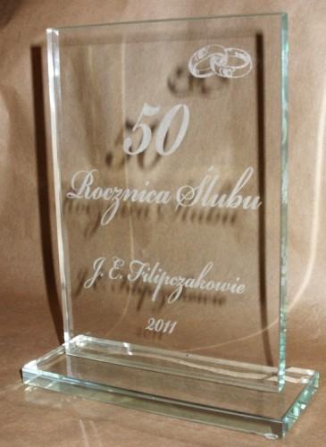 Statuetka szklana  grawerowana ( grawerowanie laserowe ) wysokość szkła 23 cm grubość szkła 6 mm