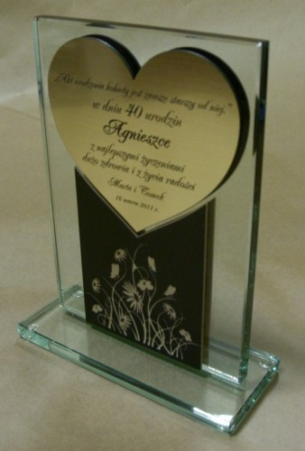 Tabliczka w kształcie serca grawerowana w laminacie metalizowanym umieszczona na statuetce szklanej