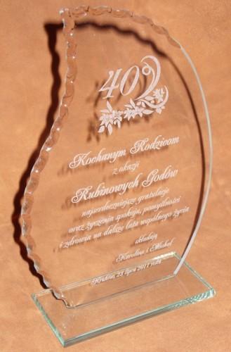 Statuetka szklana  grawerowana ( grawerunek laserowy ) wysokość szkła 26 cm grubość szkła 6 mm