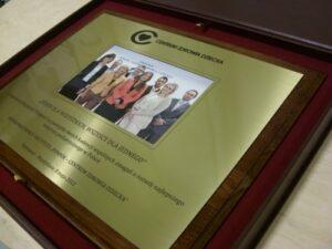 Dyplom wykonany z mosiądzu zlotego z kolorowym zdjęciem