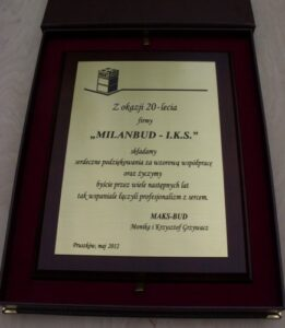 Dyplom grawerowany w mosiądzu na desce dębowej w etui