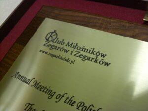 Dyplom grawerowany w mosiądzu złotym na desce dębowej w etui