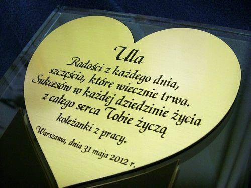 Nakładka grawerowana w kształcie serca z laminatu metalizowanego umieszczona na statuetce szklanej