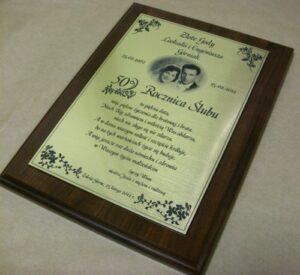 Dyplom grawerowany w laminacie grawerskim metalizowanym na desce dębowej
