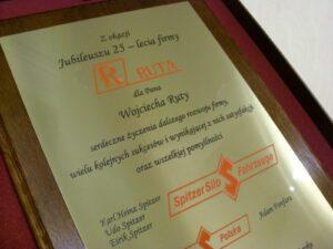 Dyplom grawerowany w mosiądzu szlifowanym - logo wypełnione farbą