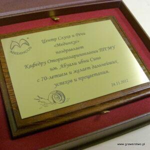 Dyplom grawerowany w mosiądzu mosiądzu na desce dębowej w etui