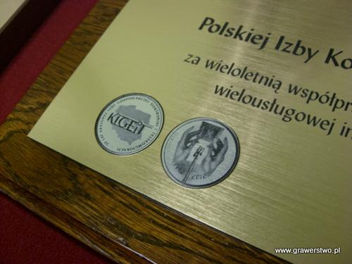 Dyplom grawerowany w laminacie metalizowanym na desce dębowej