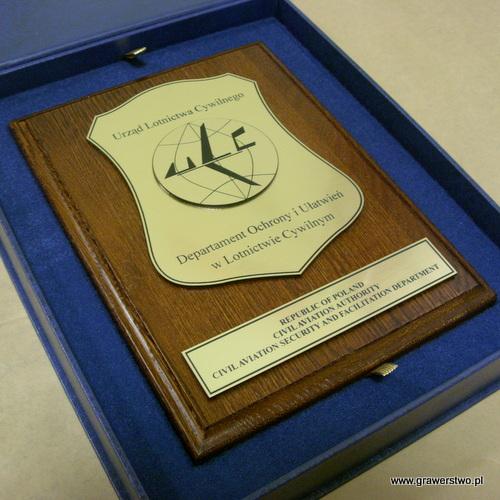 Dyplom grawerowany z laminatu metalizowanego na desce dębowej w etui w kolorze niebieskim