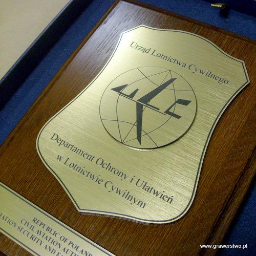 Dyplom grawerowany z laminatu umieszczony na desce dębowej w etui
