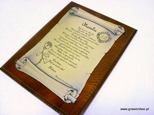 Dyplom grawerowany w laminacie  grawerskim w kształcie zwoju na desce dębowej w etui