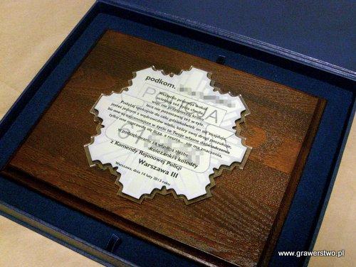 Dyplom grawerowany  w ksztalcie gwiazdy policyjnej w laminacie metalizowanym na podkładzie z plexi