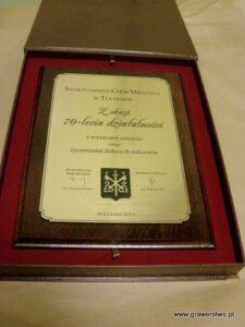 Dyplom grawerowany z laminatu metalizowanego na desce dębowej w etui