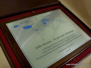 Dyplom grawerowany w mosiądzu koloru srebrnego na desce dębowej w etui