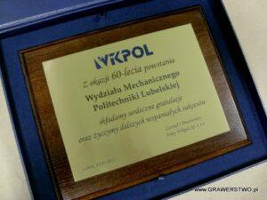 Dyplom grawerowany w mosiądzu (logotyp wypełniony lakierem akrylowym) na desce dębowej w etui