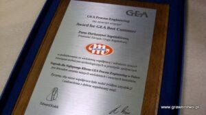 Dyplom grawerowany w mosiądzu szczotkowanym na podkładzie jesionowym 38 x 30 cm logo firmy napuszczone kolorami firmowymi
