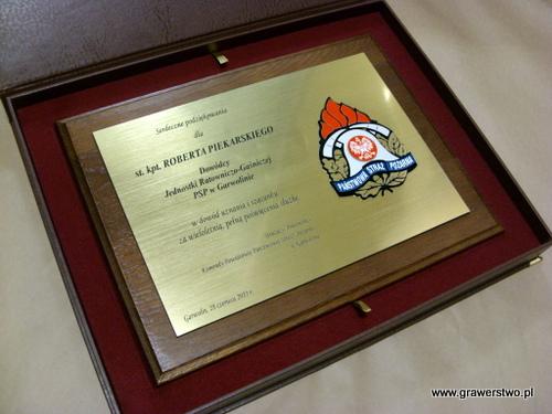 Dyplom grawerowany w laminacie metalizowanym z nakładką w kolorze