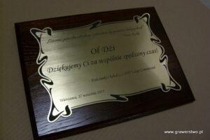 Dyplom grawerowany w laminacie metalizowanym na desce drewnianej