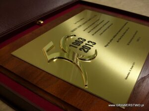 Dyplom mosiężny z nakładką złoconą na desce dębowej w etui