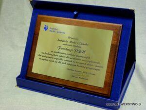 Dyplom grawerowany z mosiądzu na desce dębowej w etui