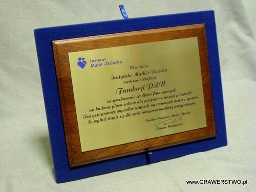 Wkładka do etui w kolorze niebieskim z dyplomem grawerowanym na desce dębowej
