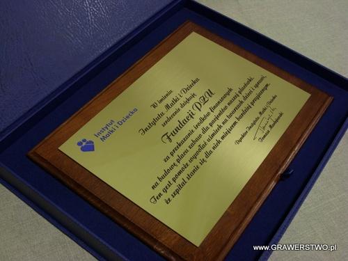 Dyplom grawerowany w mosiądzu na desce dębowej w etui koloru niebieskiego