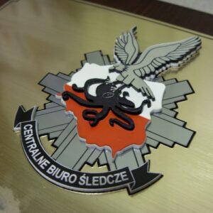 Logotyp grawerowany z kilku laminatów grawerskich przestrzenna forma