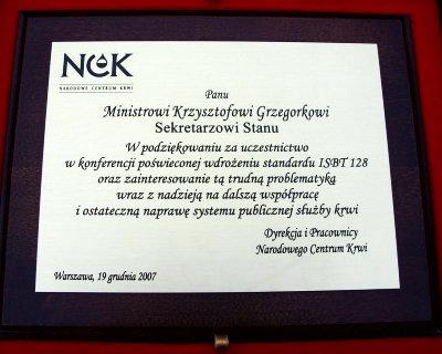 Dyplom grawerowany w mosiądzu patynowanym na desce dębowej w etui
