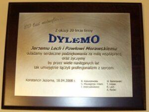 Dyplom grawerowany w mosiądzu szlifowanym na desce dębowej w etui