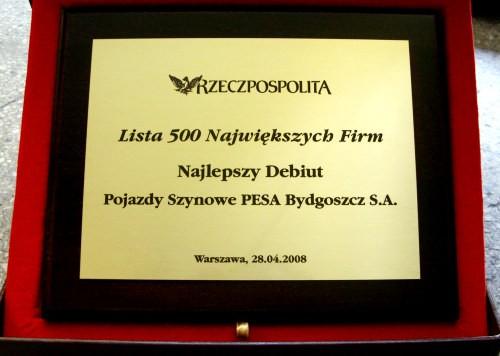 Dyplom grawerowany w mosiądzu umieszczony na desce drewnianej w etui