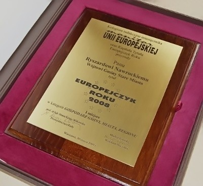 Dyplom wygrawerowany w laminacie metalizowanym na desce dębowej w etui