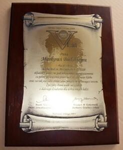 Dyplom grawerowany z laminatu metalizowanego na desce dębowej - forma zwoju