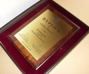 Dyplom grawerowany w mosiądzu  szlifowanym złotym na desce drewnianej w etui