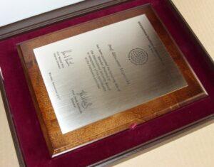 Dyplom grawerowany w mosiądzu szlifowanym srebrnym na desce dębowej w etui