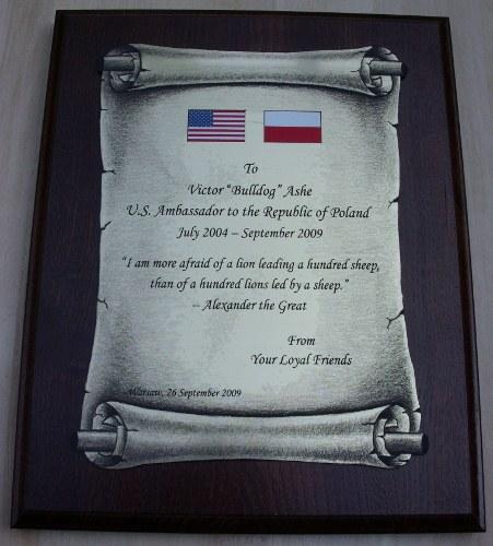 Dyplom grawerowany w laminacie metalizowanym w formie zwoju na desce dębowej