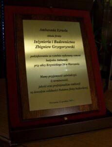 Dyplom wykonany z laminatu metalizowanego na desce drewnianej w etui
